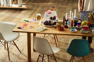 Vitra in Jena mit Eames Plastic Chair DSW und Eames Plastic Chair DAW