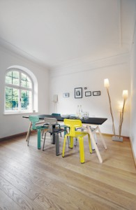 Moormann in Jena mit Tisch Klopstock, Stuhl Pressed Chair und Garderobe Pin Coat