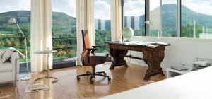 INTERSTUHL in Jena mit Bürodrehstuhl Volume 8, Artemide Tolomeo und ClassiCon Adjustable von Eileen Gray